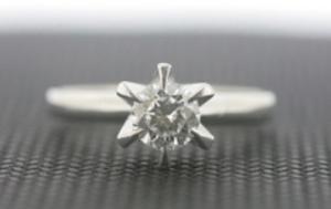 0.45㌌立て爪ダイヤモンドリング
