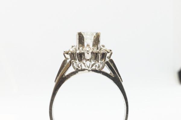 横から見た高さの高いダイヤモンドリング