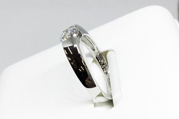 横から見たシンプルダイヤモンドリング