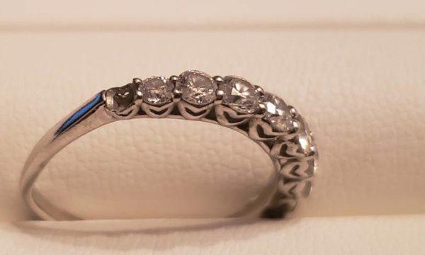 ダイヤが取れてしまった指輪