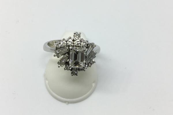 エメラルドカットダイヤモンドリング