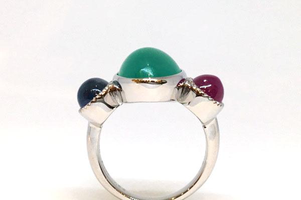 3つの宝石を指輪にまとめた横からみた画像