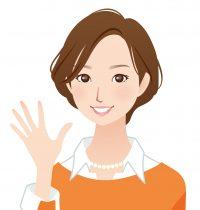 ジュエリーリフォームリメイクを喜ぶ女性(オレンジ色のセーター)