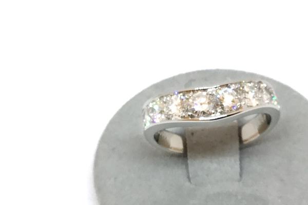 柔らかいカーブのダイヤモンドリング
