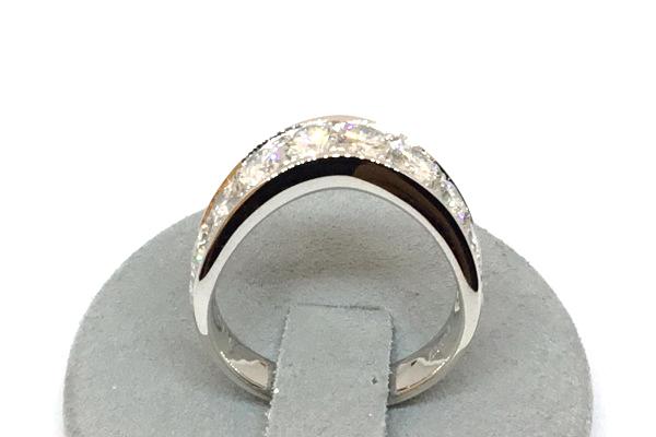 柔らかなカーブデザインのダイヤモンドリング
